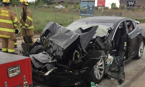 Tesla điều tra xe tự lái tông đuôi xe cứu hỏa dừng đèn đỏ