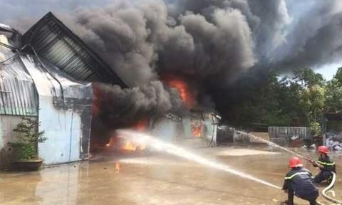 Cháy lớn xưởng nệm mút kiêm sang chiết gas công nghiệp