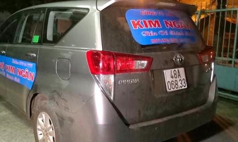 """""""Kho"""" hung khí trên xe chở giám đốc và nhân viên công ty đòi nợ"""
