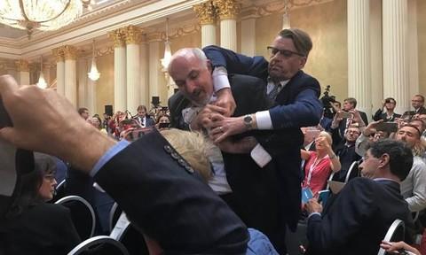 Một phóng viên bị đưa ra khỏi họp báo chung thượng đỉnh Nga-Mỹ