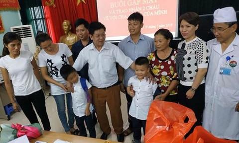 Hai trẻ bị trao nhầm ở Hà Nội đoàn tụ với cha mẹ ruột
