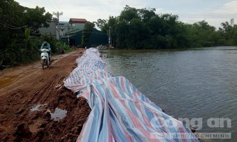 Nước lũ sắp tràn đê, dân ở Hà Nội chạy lũ