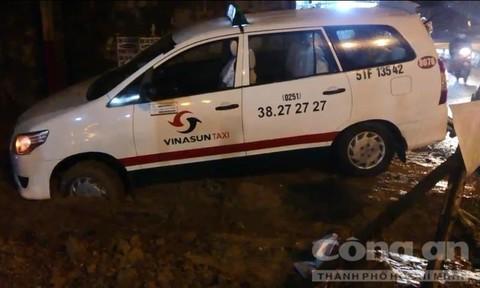 Taxi sụp hố công trình cống thoát nước sau cơn mưa lớn