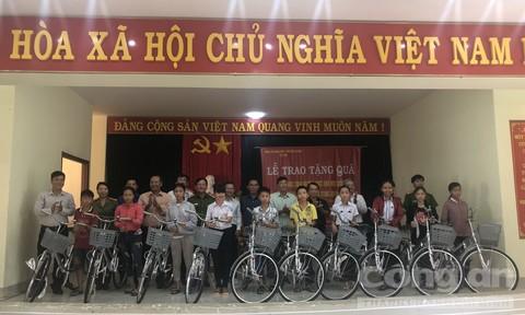Tặng quà cho học sinh nghèo vượt khó học giỏi tại Phú Yên