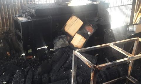 Cháy rụi xưởng mộc trong đêm, khu dân cư náo loạn