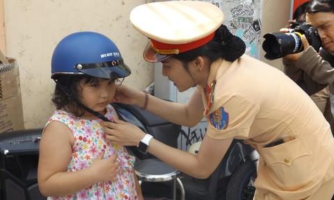 CSGT TP.HCM tặng 1.000 mũ bảo hiểm cho trẻ em nhân mùa tựu trường