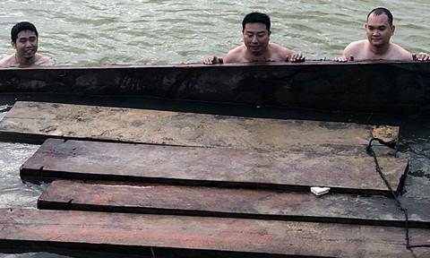 Thấy Công an, thả gỗ lậu chìm xuông sông rồi tẩu thoát