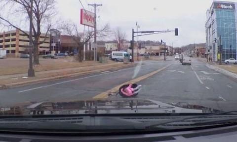 Người phụ nữ để con rơi khỏi xe ô tô có thể phải lãnh án tù