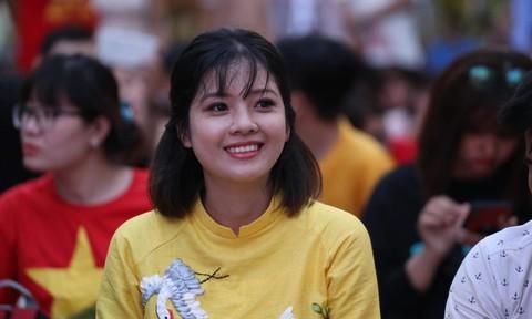 CĐV tại TP.HCM cuồng nhiệt cổ vũ ĐT Việt Nam