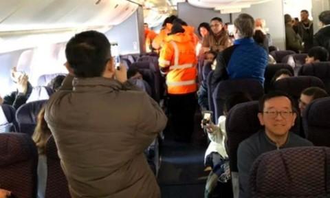 Máy bay không thể cất cánh vì cửa đóng băng dưới cái lạnh âm 30 độ C
