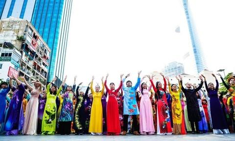 Dân số TPHCM nam chiếm 48,7%, nữ chiếm 51,3%