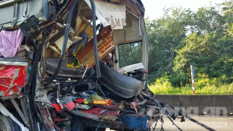 Xe giường nằm biến dạng vì húc đuôi xe tải, hành khách và tài xế bị thương