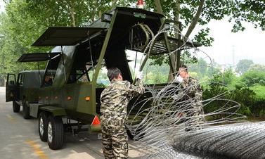 Cận cảnh cỗ xe dựng hàng trăm mét hàng rào thép gai trong vài giây