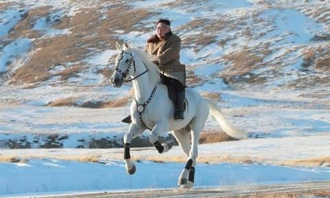 Hình ảnh Kim Jong-un cưỡi bạch mã trên núi thiêng là có ''ẩn ý''