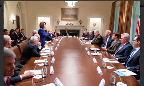 """Trump – Pelosi dùng ảnh """"đốp chát"""" nhau trên mạng xã hội"""