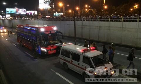 Xe máy chạy ngược chiều xuống hầm chui tông xe khách, 2 người tử vong