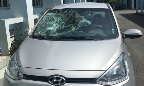 Băng côn đồ chặn ô tô trên đường dẫn cao tốc rồi đập phá