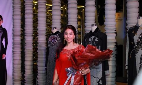 Lý Hương khoe sắc đỏ trong show thời trang