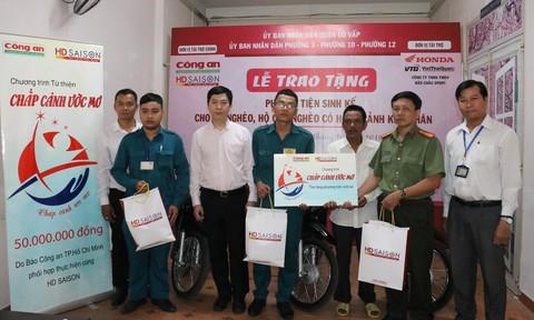 Trao ba xe máy trị giá 50 triệu đồng cho các hộ nghèo tại quận Gò Vấp