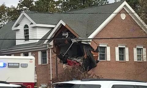 Siêu xe tông sập tường tầng 2 tòa nhà, hai người thiệt mạng