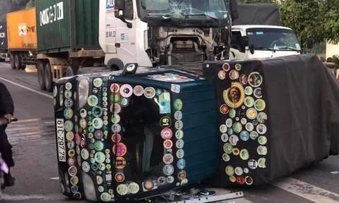 """Xe container húc lật chiếc xe tải """"màu mè"""""""