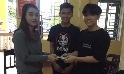 Khen 4 học sinh nhặt được tài sản tìm người đánh rơi trả lại
