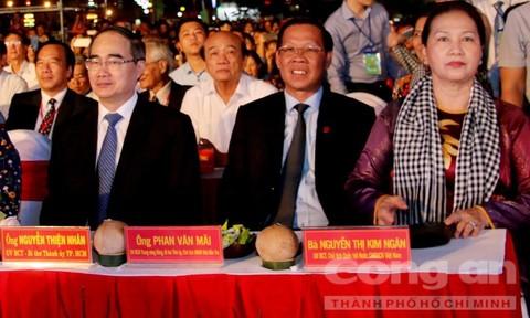 Hàng chục ngàn người dân tham quan lễ hội dừa Bến Tre