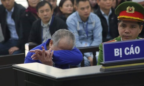 Kẻ sát hại 4 người nhà em trai gục khóc khi tòa đọc cáo trạng