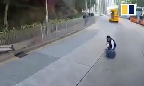 Clip học sinh văng khỏi xe buýt đưa rước chạy tốc độ cao