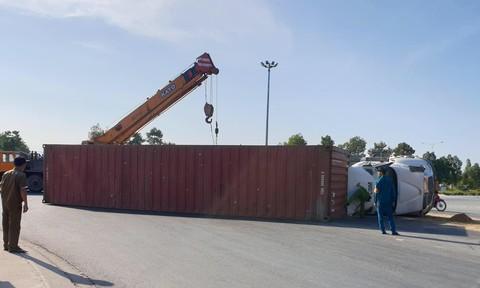 Xe container lật tại vòng xoay, người đi đường thót tim