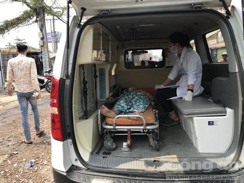 Xe cứu thương đưa người vợ tới bệnh viện.