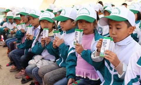Trẻ em Hà Nam tham gia lễ phát động Chương trình Sữa học đường