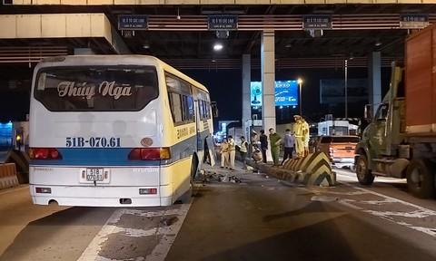 Xe chở công nhân lao vào trạm thu phí cao tốc, nhiều người bị thương