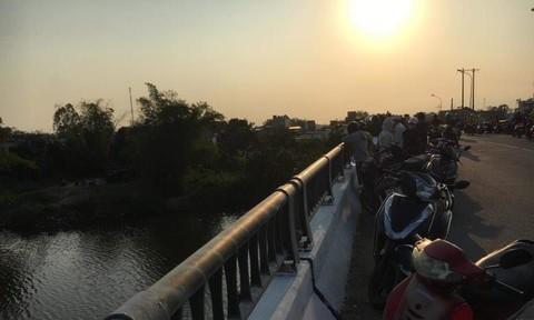 Bỏ la lô tư trang trên cầu, người đàn ông nhảy sông tự tử