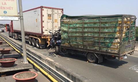 Xe tải tông đuôi container trên cao tốc, 2 người tử vong trong cabin