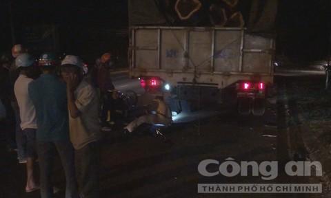 Người đàn ông tử nạn sau cú tông xe tải đậu ven đường