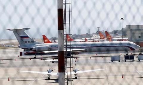 Máy bay Nga chở hàng cứu trợ và binh sĩ đáp xuống Venezuela