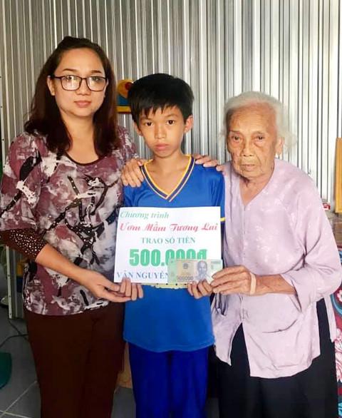 Chị Tuyết Vân trao tiền hỗ trợ cho học sinh mồ côi