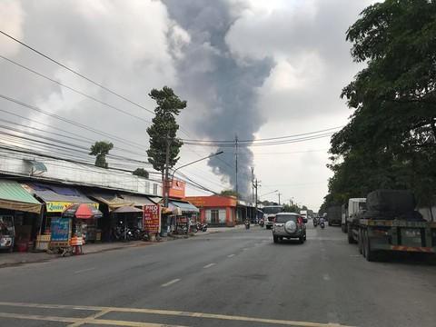 Từ xa cũng nhìn thấy cột khói bốc cao nghi ngút