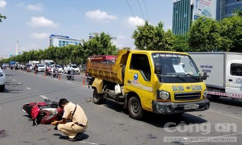 Xe vệ sinh đường không đặt biển báo khiến một cô gái nhập viện