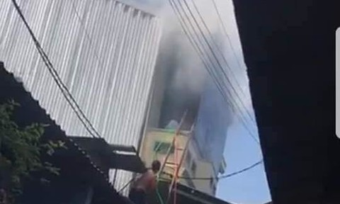 Nhà hàng 2 tầng bốc cháy, cả khu phố náo loạn