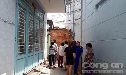 Người dân tập trung bên dưới khu vực xảy ra vụ việc.