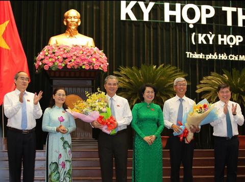 Lãnh đạo TPHCM tặng hoa chúc mừng hai tân Phó chủ tịch UBND TP.HCM