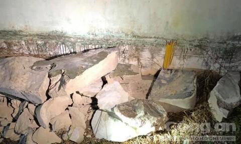 Các mảng bê tông sau khị bị đập bỏ.