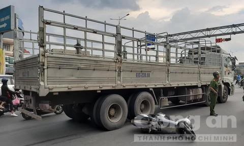 Xe tải ôm cua tông xe máy, một phụ nữ tử vong tại chỗ