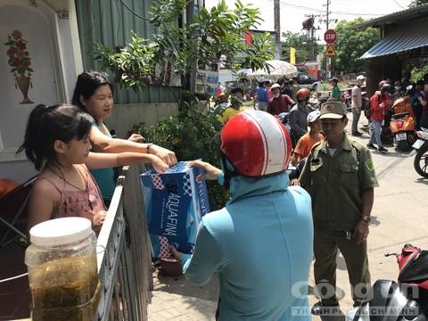 Người dân hỗ trợ khuyên góp để có kinh phí đưa các nạn nhân về quê mái táng.