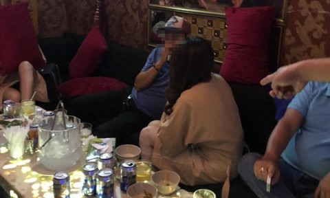 """Bắt nhóm lừa hàng chục cô gái bán vào """"động"""" kích dục ở Sài Gòn"""
