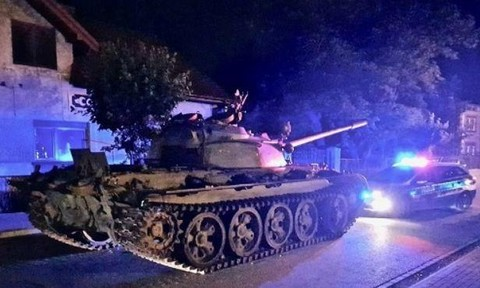 Lính say rượu, lái xe tăng... dạo phố