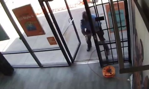 Clip nhân viên bảo vệ già tấn công hai tên cướp có súng
