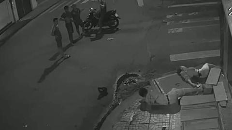 Quặn lòng hai nạn nhân nằm co giật trước nhóm người đứng nhìn